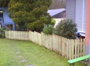 Gartenzaun mit Senrechtlatten