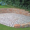 Mosaikpflaster mit Natursteinmauer