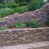 Terrassierte Natursteinmauer