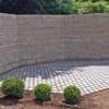 Mauer aus Granitquadern hinter Natursteinpflaster